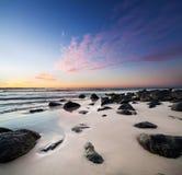 Interessanter Strand an der Dämmerung Stockfotografie