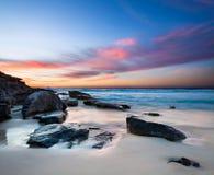 Interessanter Strand mit Felsen im Vordergrund Stockbild