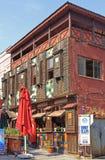 Interessantes zwei-storeyed Haus mit Café in Edirne, die Türkei Stockfotos