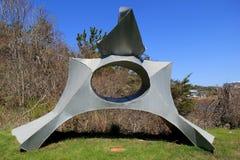 Interesserend, plaatste het abstracte metaalbeeldhouwwerk, in vreedzame tuin, Ogunquit-Museum van Amerikaanse Kunst, Maine, 2016 Stock Afbeelding
