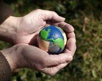 Interessieren für eine verletzte Erde Stockbild