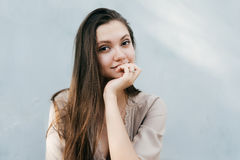Interessiertes junges Mädchen lokalisiert, teilgenommenes Hören Lizenzfreies Stockbild