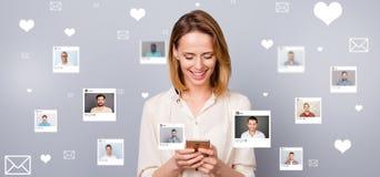 Interessiertes neugieriges des nahen hohen Fotos sitzt sie ihr Dame Smartphone online repost wie Auswahl wählt Wahlillustration lizenzfreie stockbilder