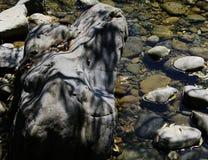 Interestingly planlagt stenkvarter med skuggalek i vattnet arkivbilder