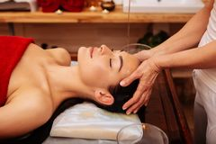 Interesująca naga kobieta zakrywa w czerwonym ręczniku podczas procedury obraz stock