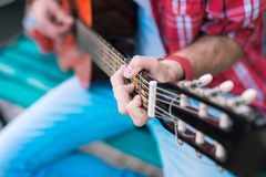 Interesujący męski gitarzysta używa akordy w kluczach fotografia stock