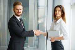 interesy ilustracyjni ludzie jpg położenie Pomyślne partnera biznesowego chwiania ręki w th Zdjęcie Stock