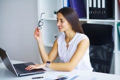 interesy ilustracyjni ludzie jpg położenie Portret kobieta w biurze Zdjęcie Stock
