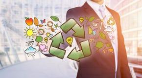 Interfaccia commovente di ecologia dell'uomo d'affari con la freccia che ricicla logo Fotografie Stock Libere da Diritti