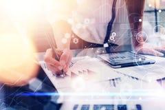 Interfaccia globale del grafico dell'innovazione dell'icona dei collegamenti virtuali La scrittura della donna di affari nota il  Immagini Stock