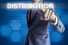 Interfaccia moderna di tocco dell'uomo di affari per il concetto di distribuzione immagini stock libere da diritti