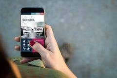 Interfaccia online di camminata della scuola dello smartphone della donna Fotografie Stock