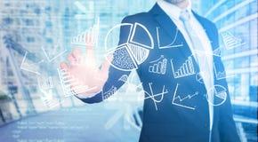 Interface émouvante de technologie d'homme d'affaires avec des affaires et le fina Photos stock