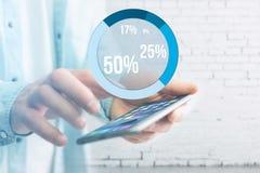 Interface bleue de graphique d'enquête avec le thème d'affaires sortant un smar Photos stock