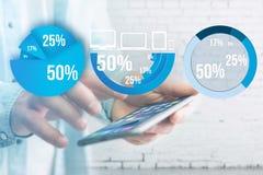 Interface bleue de graphique d'enquête avec le thème d'affaires sortant un smar Images stock