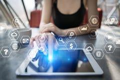 Interface d'écran virtuel avec des icônes d'applications Concept de technologie d'Internet Photo libre de droits