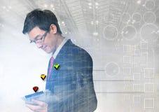 Interface d'affaires avec des graphiques et des données contre l'usin d'homme d'affaires images libres de droits