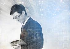Interface d'affaires avec des graphiques et des données contre l'usin d'homme d'affaires photographie stock libre de droits