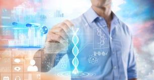 Interface de la science et technologie et stylo de participation d'homme d'affaires devant les nuages colorés photographie stock libre de droits