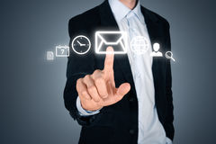Interface futuriste émouvante d'homme d'affaires avec des icônes Images stock