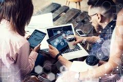 Interface virtuelle de diagramme d'icône de connexion globale lançant Reserch sur le marché Jeune homme d'affaires Team Analyze F Images libres de droits