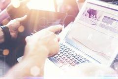 Interfaces virtuales del gráfico de la innovación del icono de la estrategia global Compañeros de trabajo que hacen la solución d Foto de archivo libre de regalías