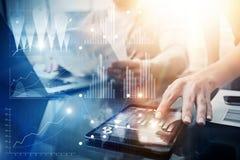 Interfaces virtuales del gráfico de la innovación del icono de la estrategia global Compañeros de trabajo que hacen la gran soluc Fotos de archivo libres de regalías