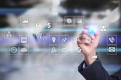 Interfaz de la pantalla virtual con los iconos de los usos Apps Concepto de la tecnología de Internet del planeamiento de la estr Fotografía de archivo libre de regalías