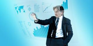 Interfaz de navegación del hombre de negocios en futuro Imágenes de archivo libres de regalías