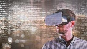 Interfaz del código y de la tecnología con las auriculares de la realidad virtual en hombre
