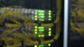 Interfaz del conector óptico de la fibra Fondo borroso, luces que destellan Atormente los servidores montados en un cuarto del se metrajes