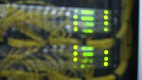Interfaz del conector óptico de la fibra Fondo borroso, luces que destellan Atormente los servidores montados en un cuarto del se almacen de metraje de vídeo