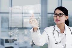 Interfaz médico conmovedor del doctor de sexo femenino