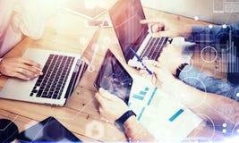 Interfaz virtual del gráfico de la innovación del icono de las conexiones globales Negocio joven Team Brainstorming Meeting Room  imagenes de archivo