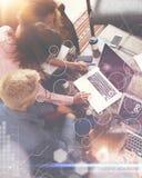 Interfaz virtual del gráfico de la innovación del icono del análisis global de la estrategia Compañeros de trabajo que hacen la g Fotografía de archivo
