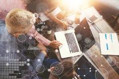 Interfaz virtual del gráfico de la innovación del icono del análisis global de la estrategia Compañeros de trabajo que hacen la g Foto de archivo libre de regalías