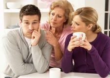 夫妇interferring的母亲前辈 免版税库存照片