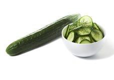 Interi cetriolo ed insalata in ciotola immagine stock libera da diritti
