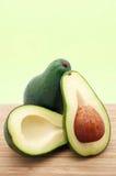 Interi ed avocado affettati Fotografie Stock