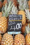 Interi frutti freschi dell'ananas al mercato Brasile degli agricoltori Fotografia Stock Libera da Diritti