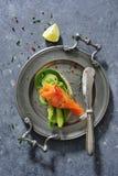 Interi panini del pane del grano con il cetriolo, le foglie degli spinaci, l'avocado ed il salmone affumicato freschi fotografie stock libere da diritti