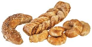 Interi rotolo del grano e croissant Rolls del formaggio del sesamo con la treccia della pasta sfoglia isolata su fondo bianco Immagine Stock Libera da Diritti