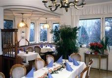 Interieur avec les tables de dîner feastful Photographie stock