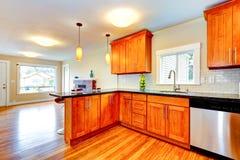 Interio moderne de pièce de cuisine avec des plans de travail de granit Photos stock