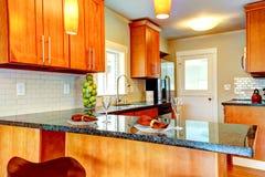 Interio moderno da sala da cozinha com parte superior contrária decorada do granito Imagens de Stock