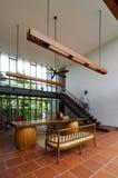 Interior à moda da casa com escadaria imagem de stock royalty free