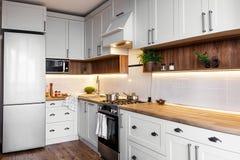 Interior à moda da cozinha com armários modernos e o stee inoxidável imagem de stock