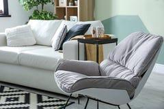 Interior à moda da sala de visitas com cadeira de balanço fotografia de stock royalty free