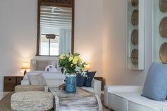 Interior à moda da sala do quarto com mobiliário macio confortável foto de stock royalty free