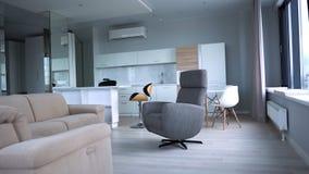 Interior à moda do apartamento com cozinha moderna r Interior elegante moderno do apartamento fotografia de stock royalty free